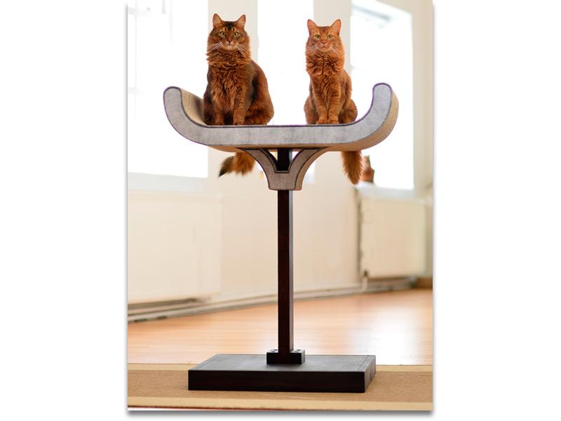 Arbre à chat sculptural en design moderne et en bois massif