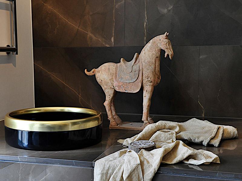Katzentoilette aus Emaille schwarz-gold
